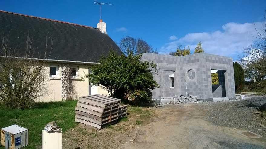 extension contemporaine sur maison traditionnelle realisee en ponce bloc